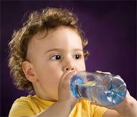 При ацетономическом кризе необходимо отпаивать ребенка небольшими порциями воды каждые 10-15 минут